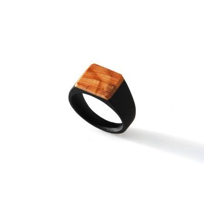sygnet z drewnem oliwnym