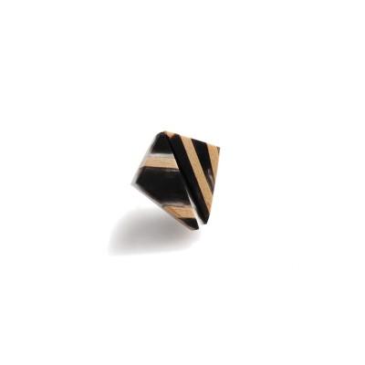 czarne trójkąty z drewnem lipowym