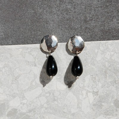 silver medallion earrings with onyx dop