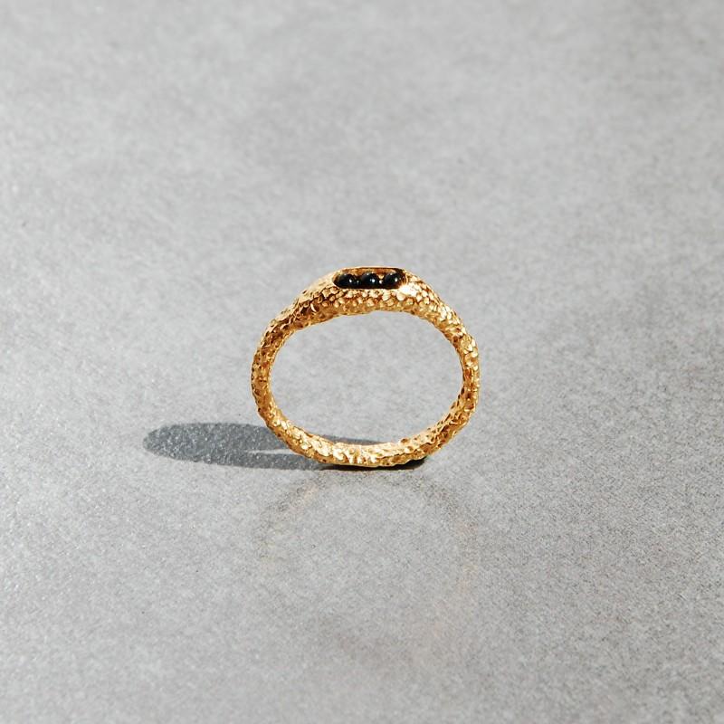 pierścionek złocony z onyksem